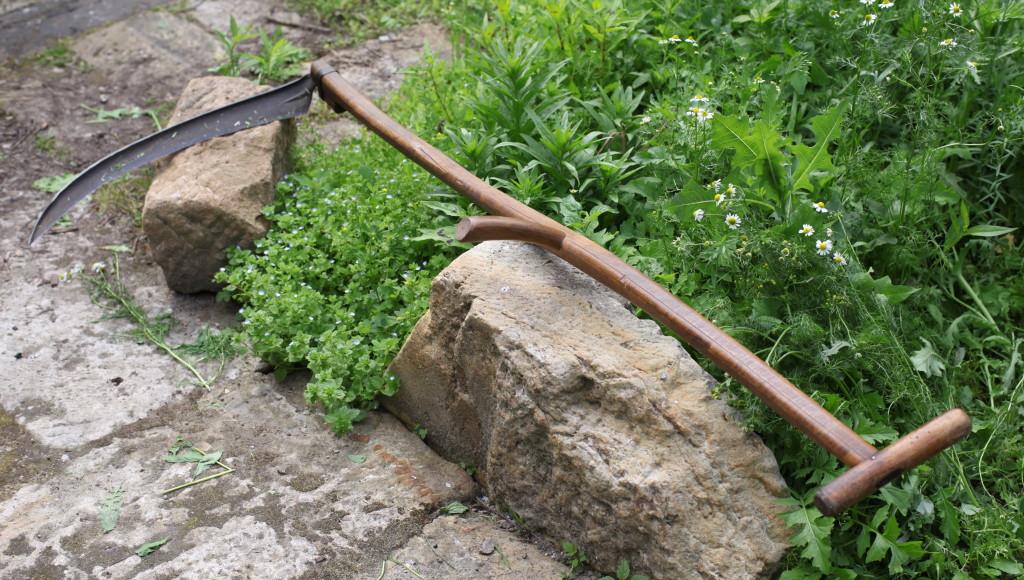 Ich habe mir von unserem Nachbarn eine Sichel geborgt. Fast eine Skulptur dieses Gartenwerkzeug.
