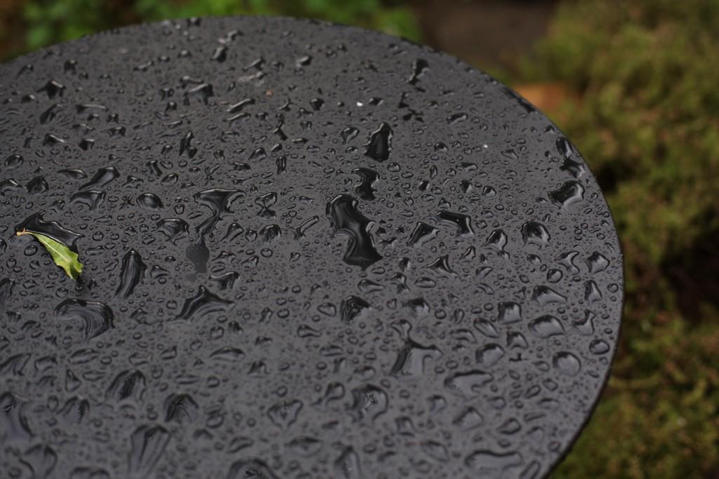 Regenmuster auf dem Gartentisch